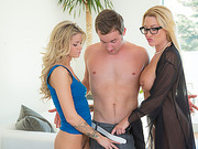 Hot mom Jeniffer eats daughters pussy