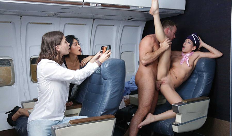 Порно на рабочем месте в самолете — pic 15